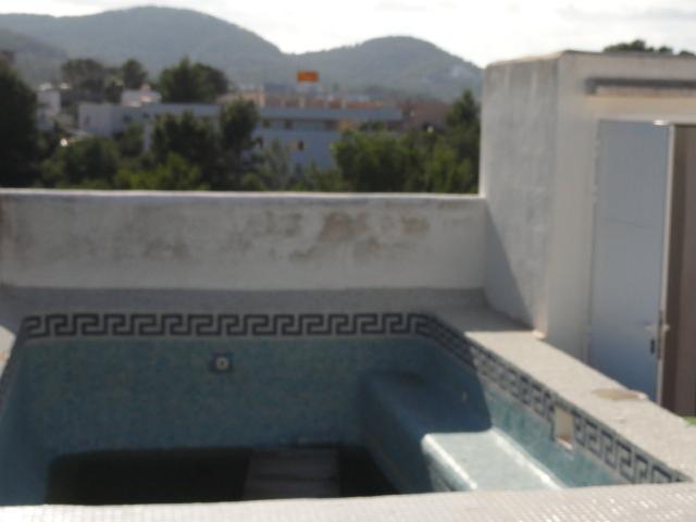 atico con solarium y piscina privada con vistas al mar en la costa